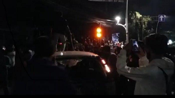 Sebuah Mobil Berpelat Merah Dibakar Perusuh Saat Melintas di Jalan Menteng Jakarta Pusat